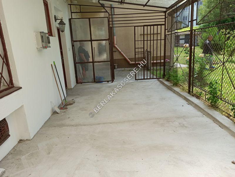 Lakáshoz tartozó, lekerített fedett terasz